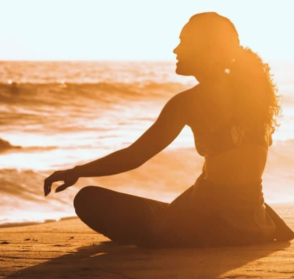 Mujer meditando relajada