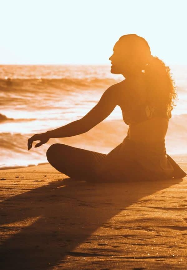 ciencia interior, mujer relajada meditando